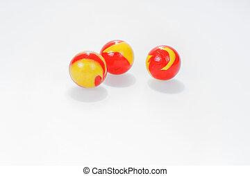 três, amarelo vermelho, mármores, isolado