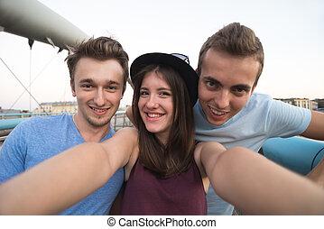 três amigos, levando, selfie, ligado, a, ponte