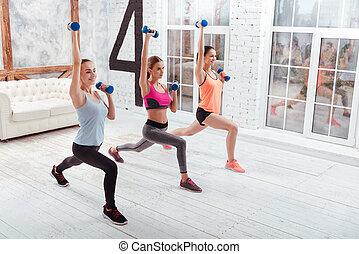 três, atlético, mulheres, fazendo, dá uma estocada, em, ginásio