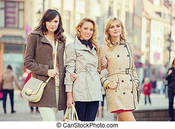 três, atraente, senhoras, durante, primavera, dia