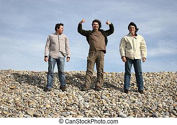 três, casual, homens jovens, praia