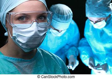 três, cirurgiões, no trabalho, operando, em, cirúrgico, teatro, poupar, paciente, e, olhar, vida, monitor., resuscitation, medicina, equipe, desgastar, protetor, masks., cirurgia emergência, conceito