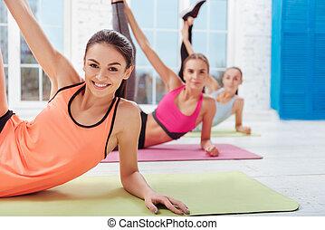 três, encantado, mulheres, desfrutando, esticar, exercícios
