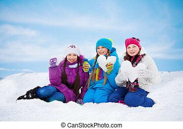 três, encantador, meninas, com, coração, feito, de, neve