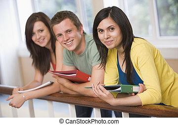 três, estudantes colégio, inclinar-se, banister