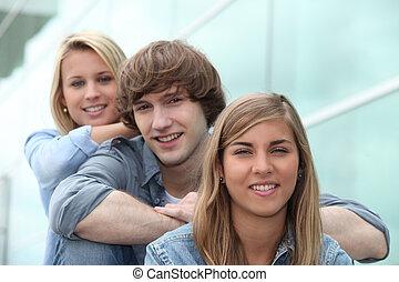 três, estudantes, sentar escada