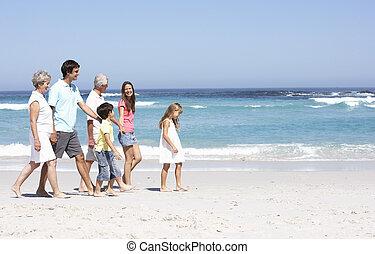 três família geração, caminhando, praia arenosa