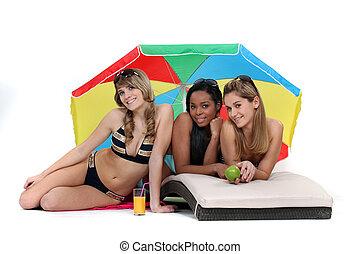 três, femininas, amigos, em, a, praia.