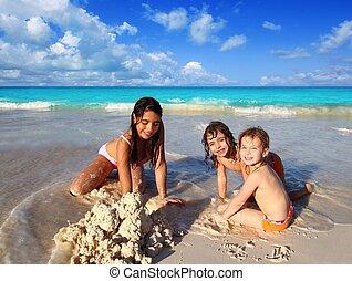 três, garotinhas, ethnicity misturado, tocando, praia