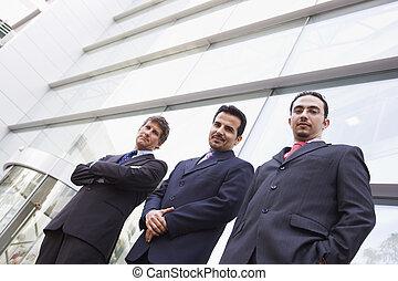 três, homens negócios, ficar, ao ar livre, por, predios, (high, key/selective, focus)
