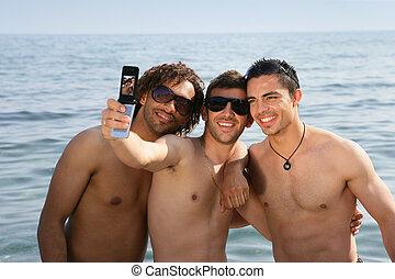 três homens, praia