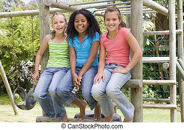 três, menina jovem, amigos, em, um, pátio recreio, sorrindo