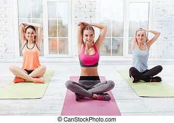três, meninas jovens, fazendo, ioga, exercícios