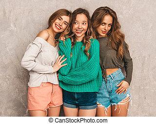 três meninas, tendo, deslumbrante, trendy, cinzento, verão, sorrindo, divertimento, jovem, hipster, mulheres bonitas, clothes., despreocupado, wall., modelos, posar, excitado, positivo