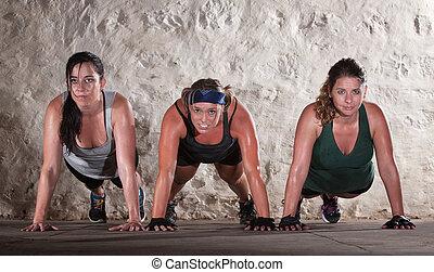 três mulheres, faça, empurrão, ups, em, botina, acampamento,...