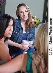 três mulheres, falando
