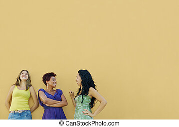três mulheres, falando, e, tendo divertimento