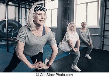três, mulheres idosas, fazendo, dá uma estocada, em, ginásio