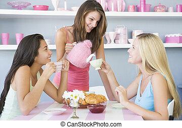 três, mulheres jovens, em, seu, roupa interior, tendo, um, partido chá