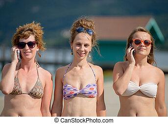 três, mulheres jovens, praia