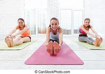 três, overjoyed, meninas, fazendo, esticar, em, condicão física, estúdio