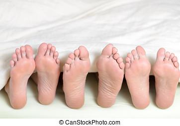 três, pares, de, pés, cama