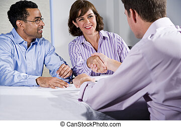 três, pessoas negócio, reunião, homens dão um aperto mão