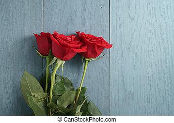 três, rosas vermelhas, ligado, azul, madeira, tabela, com, espaço cópia