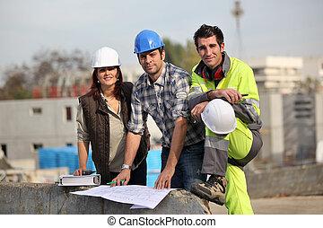 três, trabalhadores construção, em, local