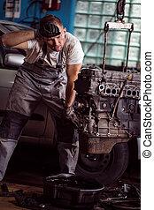 trött, bil mekaniker, på arbete