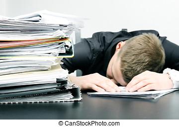 trött, kontorsarbetare, och, a, hög, av, dokument