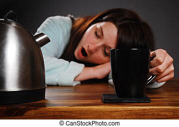 trött, kvinna, drickande, coffee/tea, och, gäspande