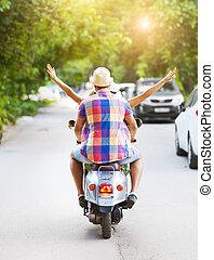 tröttsam, årgång, par, ung, sparkcykel, gata, ridande hattar, lycklig