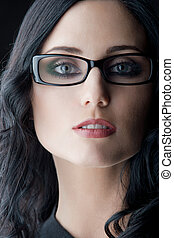 tröttsam, brunett, glasögon