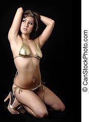tröttsam, kvinna, guld bikini, nätt, knäande