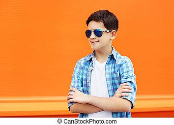 tröttsam, Pojke, mode, Solglasögon, skjorta, färgrik, stad, mot, bakgrund, barn, apelsin