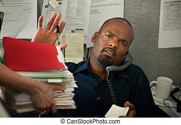 trabajó demasiado, oficina, hombre
