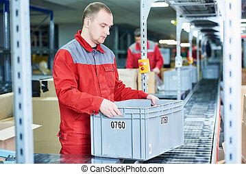 trabajador, con, caja, en, almacén, transmidor