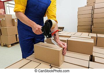 trabajador, con, cinta, arma de fuego