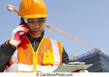 trabajador construcción, con, grúa, en, plano de fondo