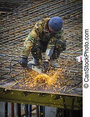 trabajador construcción, corte, acero, barras, con, sierra eléctrica