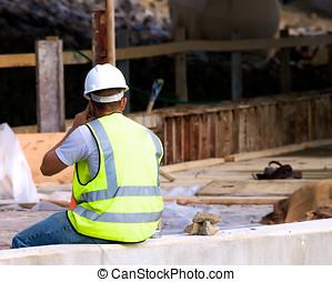 trabajador construcción, en, teléfono celular
