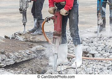 trabajador construcción, quita, exceso, concreto, con, perforación, máquina