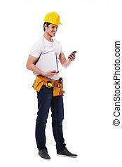trabajador construcción, verificar, algo, en, el, teléfono móvil