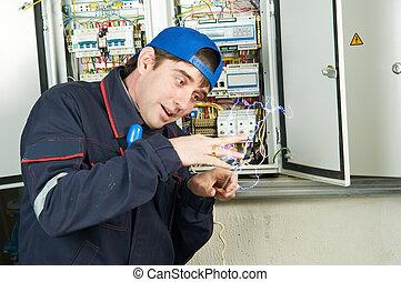 trabajador, debajo, descarga eléctrica