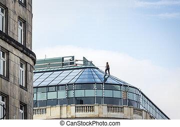trabajador, en, arnés, en, edificio de cristal