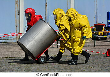 trabajador, en, protector, uniforme, y, botas, transporte, barriles, de, químicos
