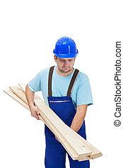 trabajador, en, uniforme, proceso de llevar, tablas de madera
