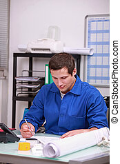 trabajador fábrica, hacer, papeleo, en, la oficina