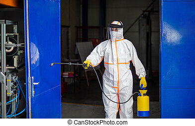 trabajador, fábrica, protector, desinfectar, gun., industrial, traje, hombre, rociar, máscara